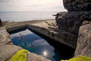 Denne naturlige swimmingpool på Inishmore er et populært sted at tage sig en dukkert