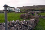 Vandresti og irsk vejskilt på Inishmore