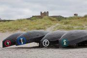 Både og gammel ruin på Inishmore