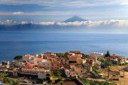 Udsigt over byen Agulo med Tenerife i baggrunden