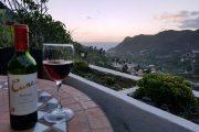 Et glas vin nydes efter dagens vandring ved solnedgang over Hermigua