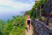 Vandring ad en smal kyststi mellem Cinque Terre-byerne