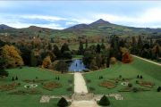Powerscourt House and Gardens med Sugar Loaf Mountain i baggrunden