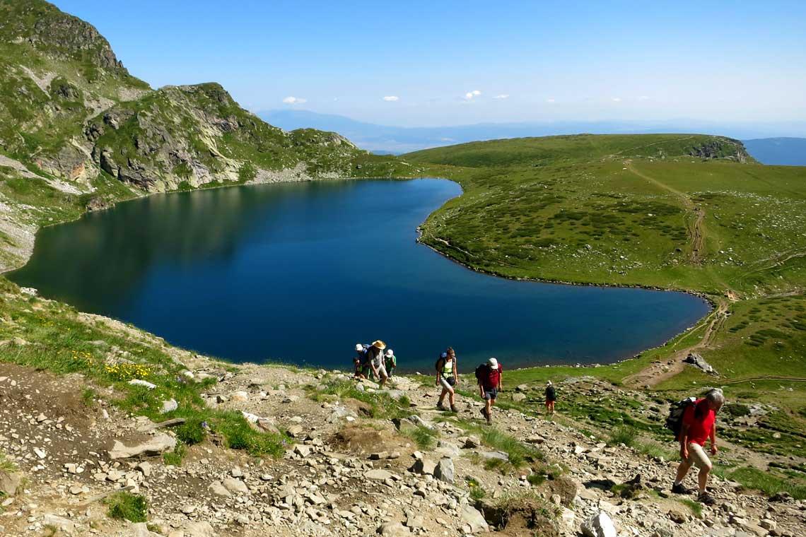 Vandring ved en sø i Rila-bjergene