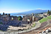 Teatro Greco i Taormina med Etna i baggrunden