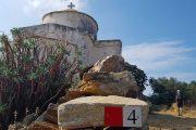 Man passerer kirken Panaghia Rachidiotisa på en af vandreturene på Naxos