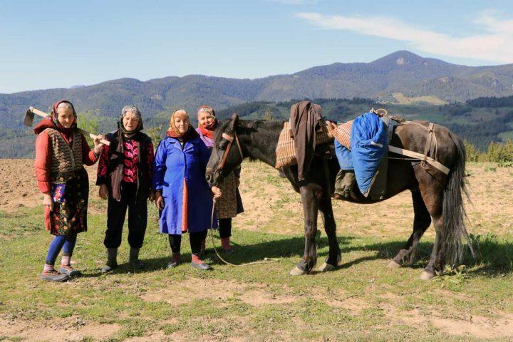 Fire kvinder med deres hest i Bulgariens bjerge