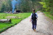 Vandring ad Himmelbjergruten forbi shelterplads og bålsted.