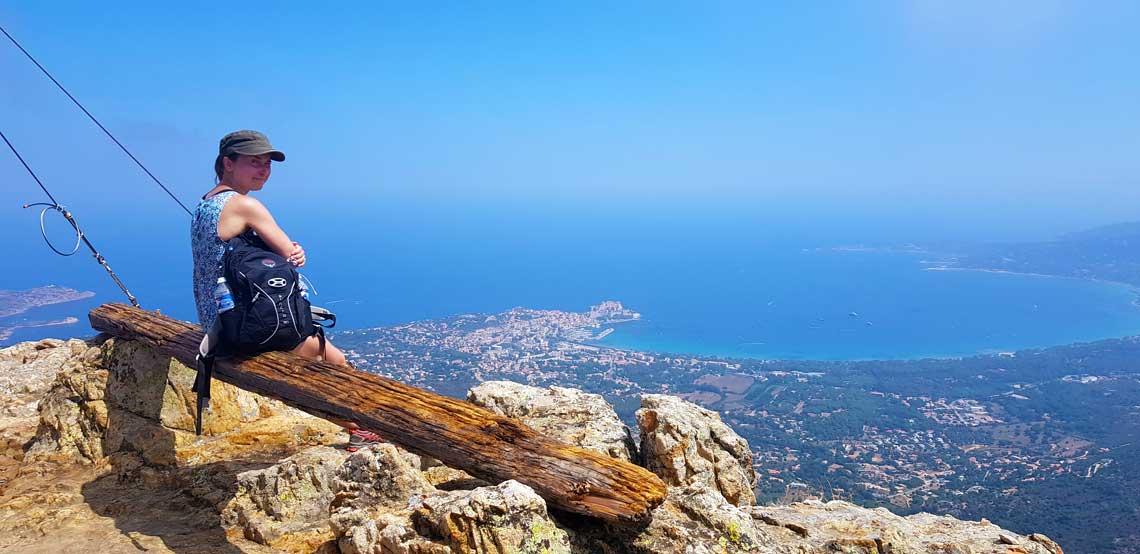 Toppen af Capu di a Veta og udsigt over Calvi-bugten