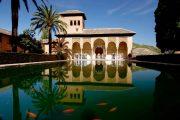 Det smukke Palacio del Partal er en del af den enestående paladsby Alhambra i Granada