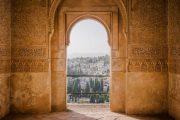 Udsigt over Granada gennem en af Alhambras smukke porte