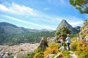 Vandrere nyder udsigten over en af nationalparkens mange hvide landsbyer