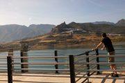 Udsigt fra vandreservoiret Embalse de Zahara til den lille landsby Zahara de la Sierra.