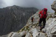 Bjergvandring under grå skyer