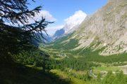 På vej ned i en floddal på Tour du Mont Blanc