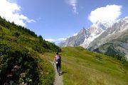 Vandring med fantastisk udsigt til sneklædte bjerge på Tour du Mont Blanc