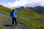 Vandring på græsklædte bjergskråninger på Tour du Mont Blanc