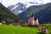 Fin kirke i den lille landsby Trient med udsigt til Mont Blanc
