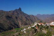 Den hyggelige hvide bjergby Tejeda ligger for foden af Roque Bentayga
