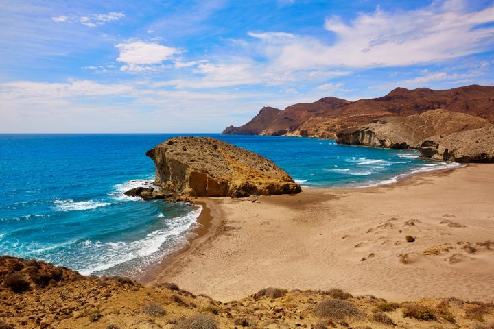"""Den smukke strand Playa del Mónsul, der optræder i filmen """"Indiana Jones og det sidste korstog"""""""