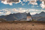 Vindmølle i det tørre ørkenagtige landskab i Cabo de Gata