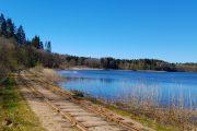 De gamle jernbanespor langs Kvindsø.