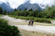 Vandring langs Leutascher Ache-floden